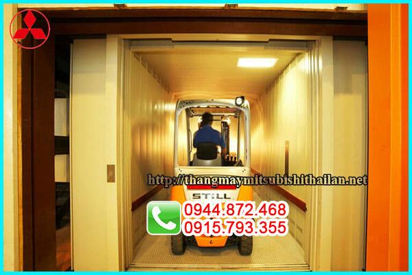 thang máy chở hàng kèm chở người