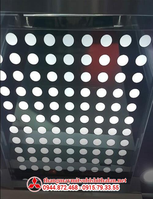 Trần của một chiếc thang máy nhập khẩu từ Nhật
